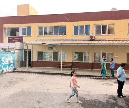 Klinikte hastalar tahliye edilirken, personel başka birimlere geçti.