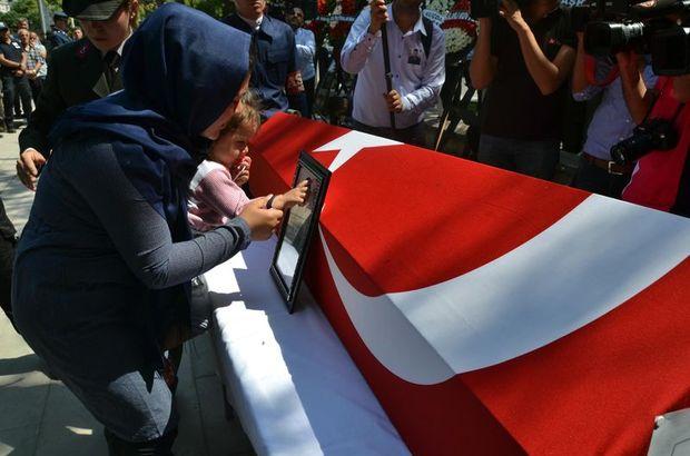 Şehit cenazesinde acı kare! 'Öp babanı kızım'
