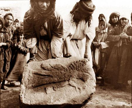 Gertrude Bell'in Cerablus'taki arkeolojik kazılarda çektiği fotoğraflardan biri: Hititler'den kalma bir kabartmanın çıkarılışı...