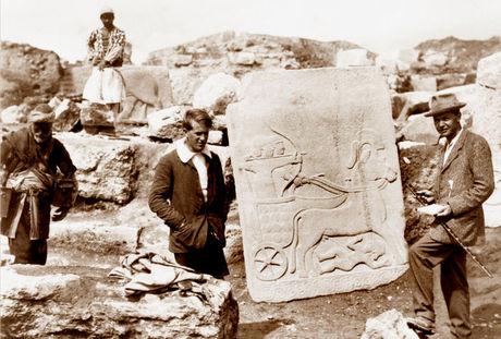 İngiliz casus Lawrence, 1909'da 23 yaşında iken arkeolog Leonard Wooley ile beraber Karkamış kazılarında.