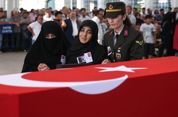 Şehit asker, annesinin yanına defnedildi