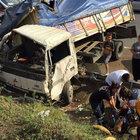TEM otoyolunda kamyon devrildi: 8 yaralı