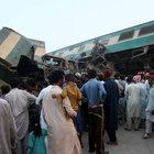Pakistan'da yolcu treni kaza yapan yük trenine çarptı