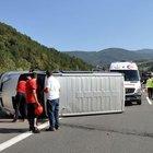 TEM'de lastiği patlayan minibüs devrildi