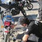 Polis kovalamaca sırasında uyuşturucu madde düşüren motosikletlinin peşinde