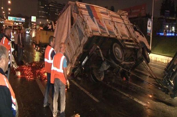 Yola düşen pazar çadırı kazaya neden oldu