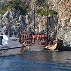 Marmaris'te korsan gezi teknesi kayalıklara çarptı
