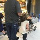 Cani baba kızının saçlarını alışveriş arabasına bağlayıp sürükledi!