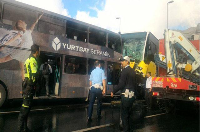 SON DAKİKA! İstanbul Acıbadem'de metrobüs kazası, metrobüs yoldan çıktı