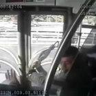Metrobüsün yoldan çıkması kamerada!