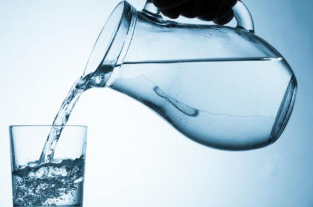 Eşinin çamaşır suyu koyduğu sürahiden su içince zehirlendi