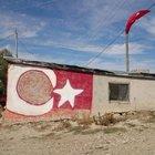 Şehit Enes Kaya'nın baba ocağındaki Türk Bayrağı dikkat çekti
