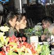 �nl� oyuncular Hande Soral ve Ekin T�rkmen, Arnavutk�y�deki bir bal�k��da k�z arkada�lar�yla birlikte ak�am yeme�i yedi