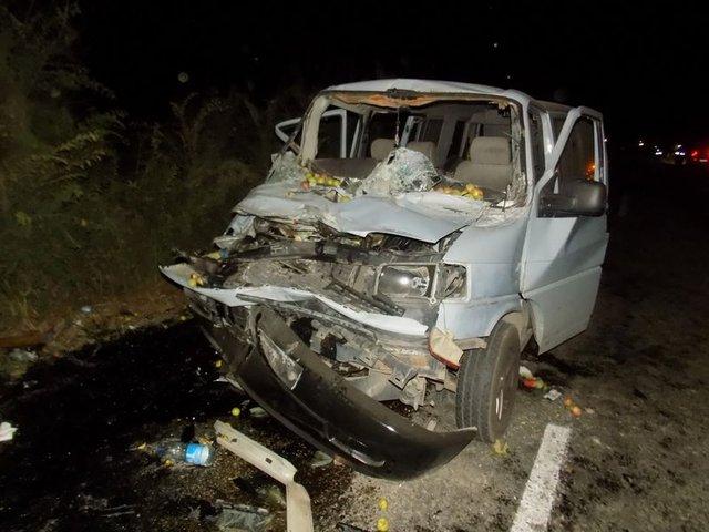 Yardım için duran kamyona minibüs çarptı