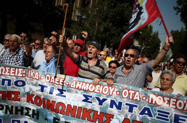 Yunanistan'da maaş kesintilerini protesto eden emeklilere gazlı müdahale
