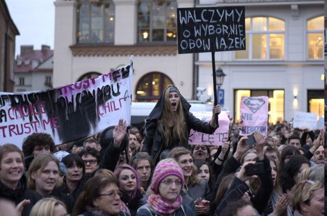 Polonya'da kadınlar kürtaj yasasını protesto etti