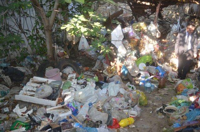 Kula'da evden 10 kamyon çöp çıktı