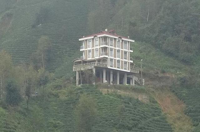 Yolun üzerine ev inşa etti