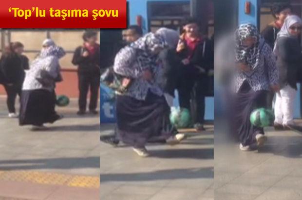 Tramvay durağında top sektiren kadın