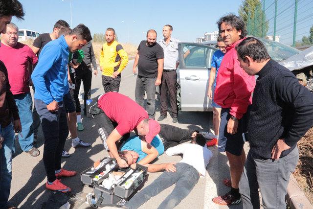 Antrenmanı bırakıp kazazedelere yardıma koştular