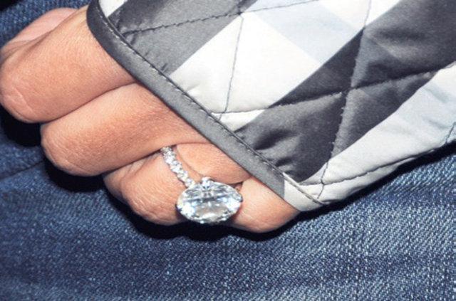 Demet Akalın parmağında servet taşıyor
