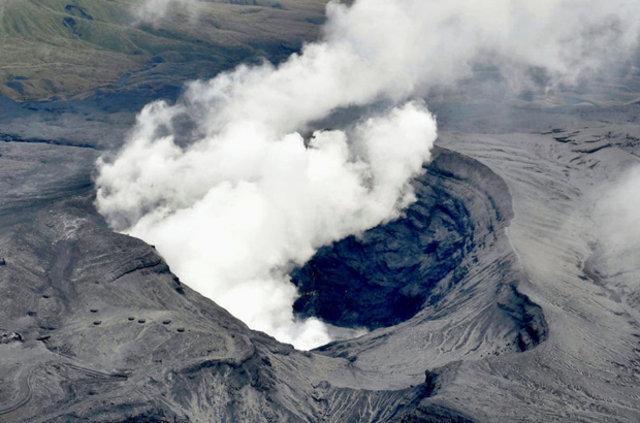 Japonya'da Aso Yanardağı faaliyete geçti