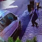 Ataşehir'de el frenini çekmeyi unuttuğu aracını pencereden atlayarak yakaladı