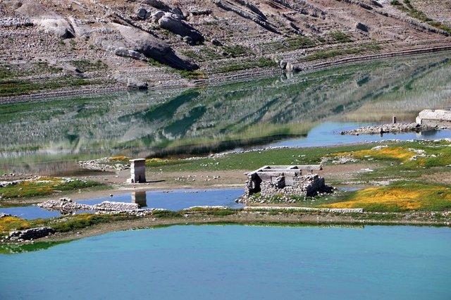 Sular çekilince asırlık köy ortaya çıktı