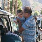 Bebeklerini minibüste bırakıp gezmeye çıktılar