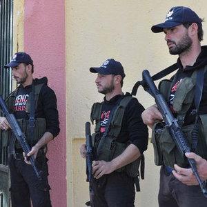 ÖSO askerleri Türk polisi kepiyle görev başında