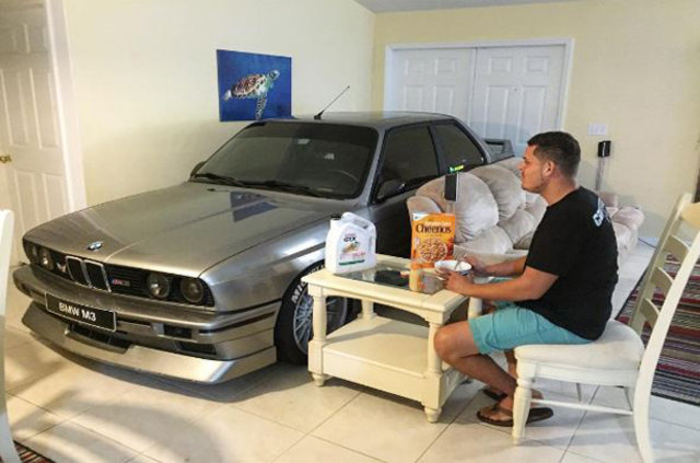 Kasırgadan korumak için otomobilini evine aldı