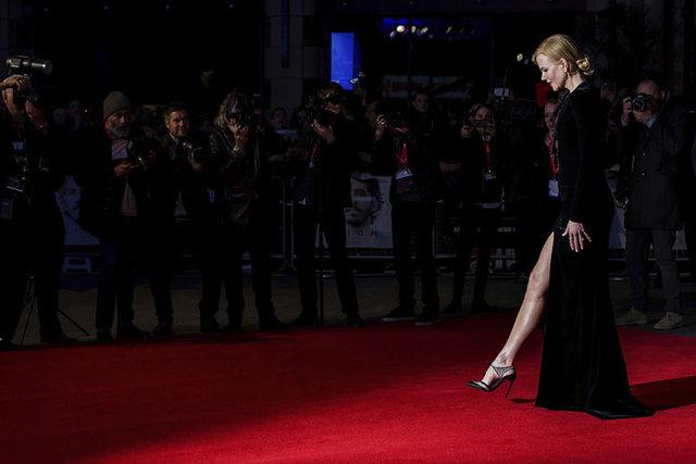 Avustralyalı oyuncu Nicole Kidman, 'Lion' filminin galasında güzelliğiyle büyülerken, kırmızı halıda yürürken zor anlar yaşadı.