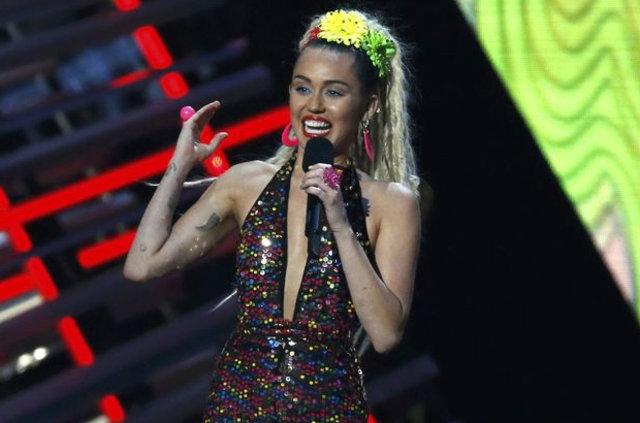 Miley Cyrus: İlk ilişkimi bir kız arkadaşımla yaşadım