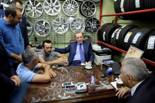 Cumhurbaşkanı Erdoğan'ın elini fazla sıkan berber şimdi çok pişman!