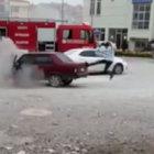 Yanan otomobiline tekme attı