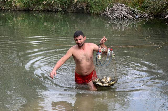 Uşak'ta amatör balıkçılık yapan iki kardeş elleriyle avlıyorlar