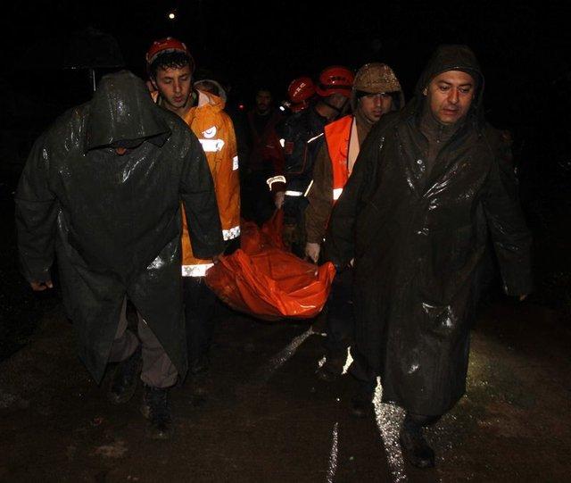 Rize Pazar İlçesi Aktaş Köyü İnce Mahalle'de bu gece saat 00:30 sularında heyelan meydana geldi