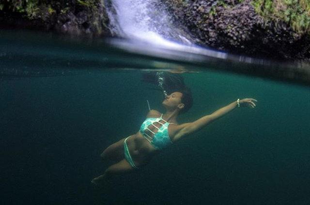 Su altında seksi kareler