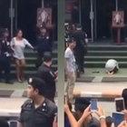 Tayland Kralı'na hakaret eden kadına portresi önünde diz çöktürdüler