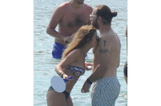 Plajda bikini değiştiren Selin Şekerci'den açıklama