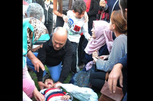 Kazada yaralanan oğlunun başında sinir krizi geçirdi