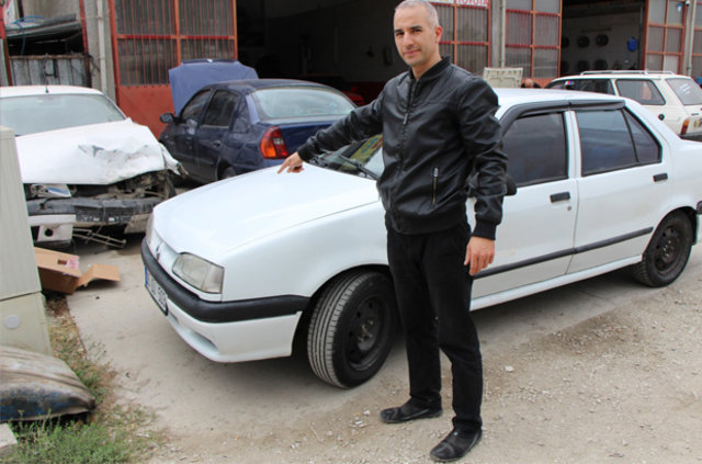 Merzifon'da bir kişinin aldığı ikinci el otomobilin önü 1996, arkası 2000 model çıktı