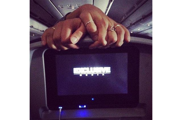 Uçakta bacaklarını kemerle bağlayan adam, Hava alanlarının tuhaf insanları