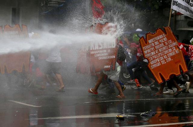 Filipinler'de polis aracı göstericilerin arasına daldı: 50 yaralı