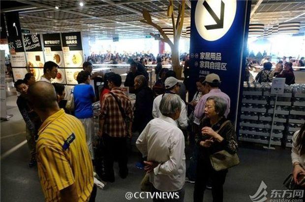IKEA'yı bezdiren çöpçatan emekliler!