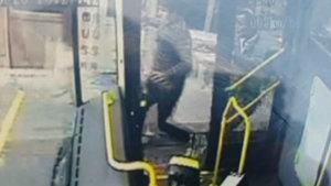 Kağıthane'de freni boşalan otobüs oyun parkına girdi!