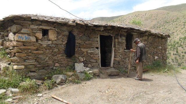 Terkedilmiş köyde 25 yıldır yalnız yaşıyor