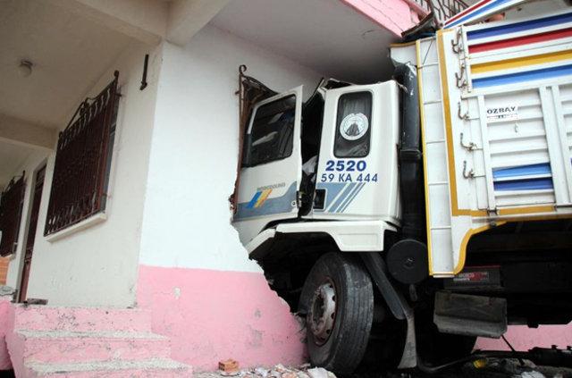 Tekirdağ'da yoldan çıkan kamyon eve daldı