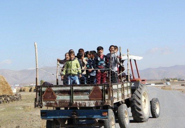 Servis bulamayan öğrenciler römorkla okula gidiyor