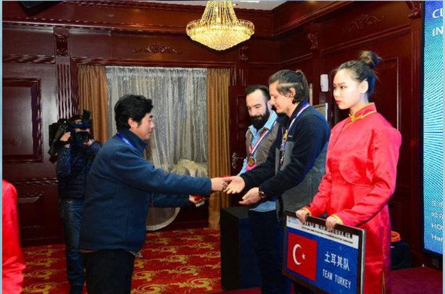 """Dr. Ceyhun Konak """"Buz""""dan heykellerle Türkiye'yi temsil ediyor"""